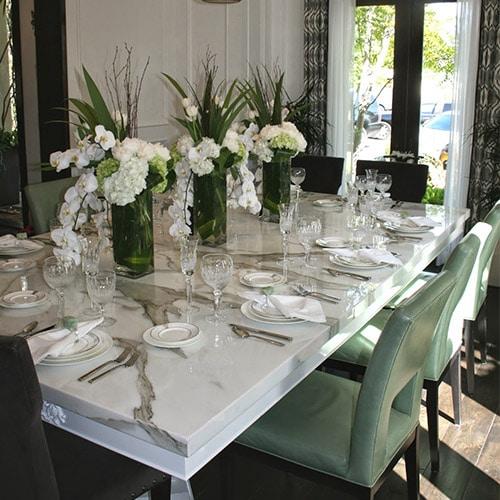 beyaz-desenli-mermer-masa.jpg